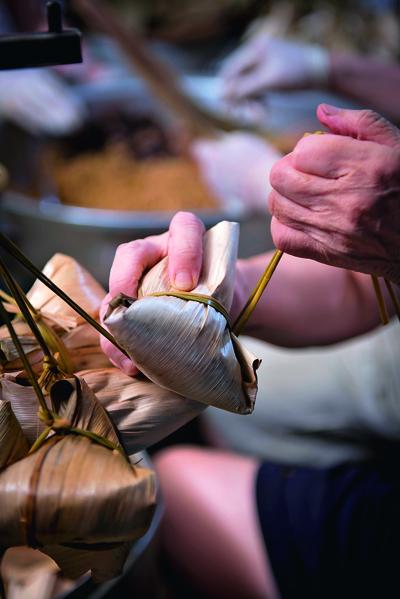 越接近端午節,街上越容易見到綁粽的畫面。