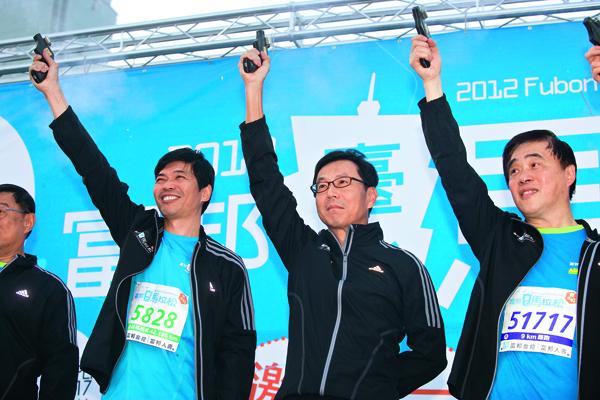 去年台北馬拉松,台北市長郝龍斌(右一)及贊助者富邦金控董事長 蔡明忠(右二)鳴槍開跑,如今遭質疑冠名費,讓賽事蒙上陰影。