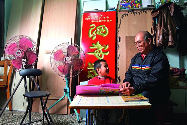 背負著爸媽「脫貧」的期望,志偉(左一)脫離語言障礙後,已經開始學英文。