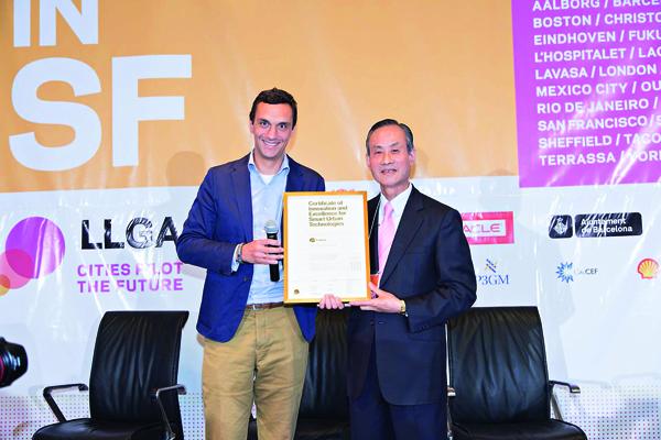 遠雄集團董事長趙藤雄(右)日前赴美為遠雄U-TOWN 領取LLG「全球智慧生活聯盟姊妺組織」認證。