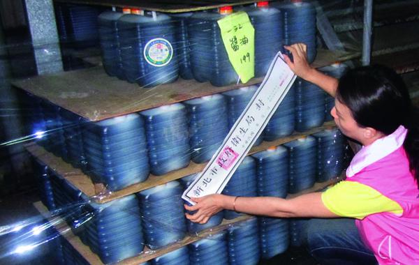 新北市衛生局在《今周刊》揭發「黑心醬油」事件後,前往五股區一江食 品抽驗,並查封現場生產之各項產品。