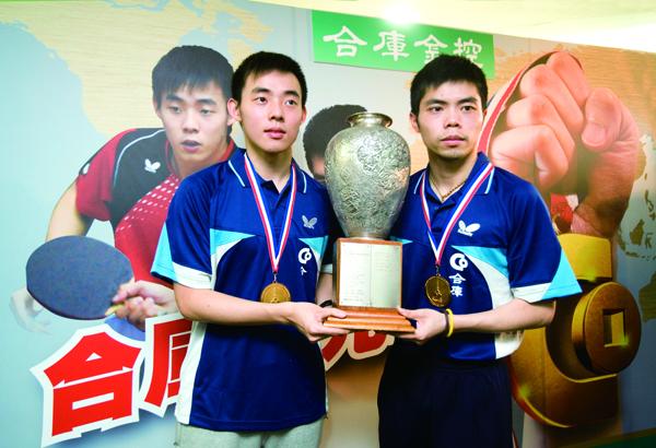 莊智淵(右)與陳建安( 左)攜手拿下法國巴黎世界 桌球錦標賽男子雙打冠軍。