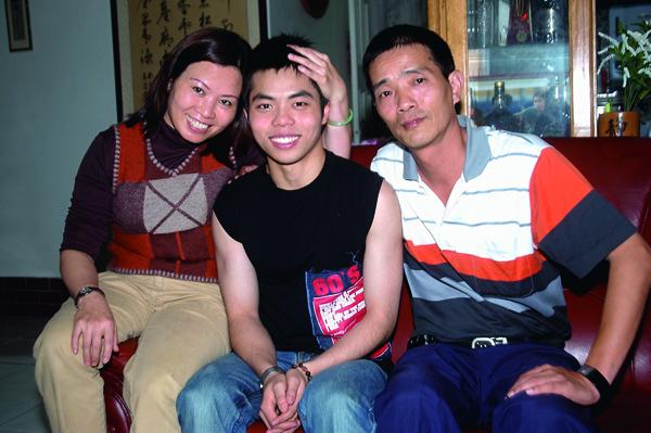 莊媽媽(左)既是莊智淵(中)的教練,也是精神支柱。
