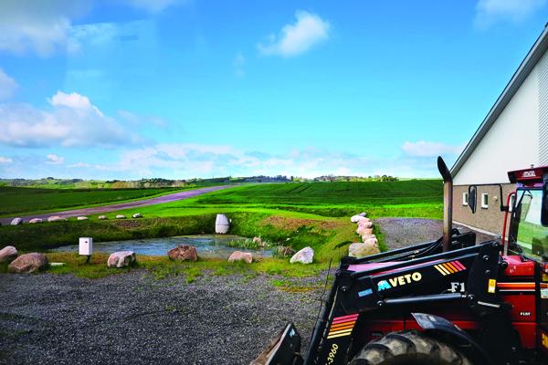 養豬場外一望無際的草原,風光明媚