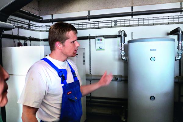 包爾森指著養豬場廢料轉換熱能設備說,這是政府高額補助下添購的。