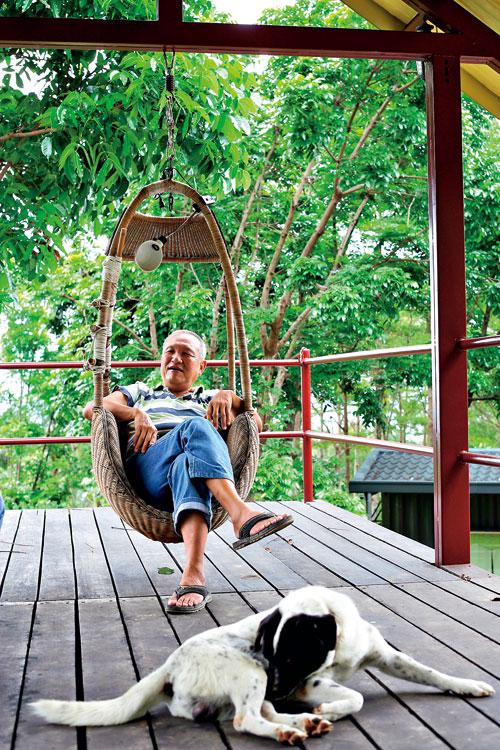 坐在貨櫃屋二樓陽台的吊籃椅上,酆哥說, 這樣的美景,誰會捨得待在房子裡呢?