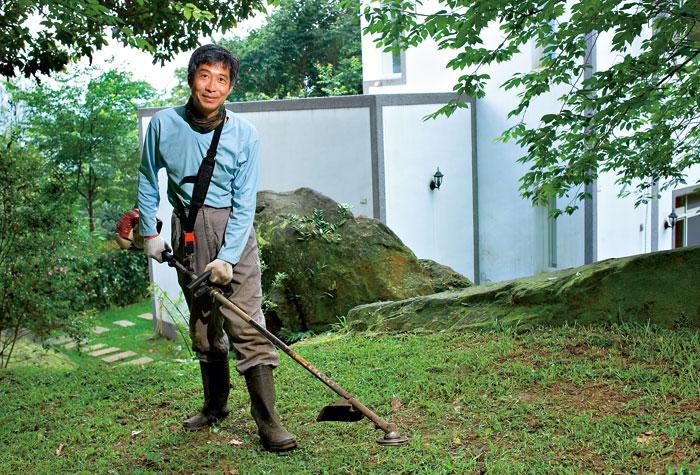 做農事是一種享受,割草時被噴得滿身、然後沖個澡也是一種享受,王財貴如是說。