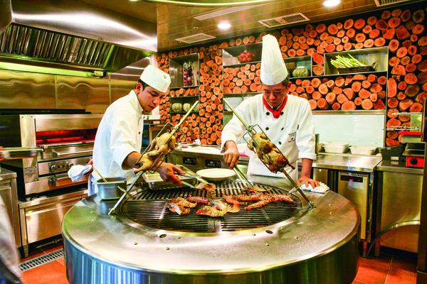 大型原木燒烤爐烤出來的食材噴 香可口,是Fresh & Aged的 祕密武器。