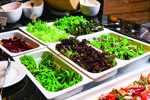 自助吧上提供多種生菜,每一種都青翠欲滴,令人開胃。