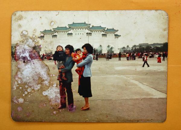 兩個月大的劉梓潔(媽媽懷中),第一次 和爸媽到台北,正逢中正紀念堂落成。