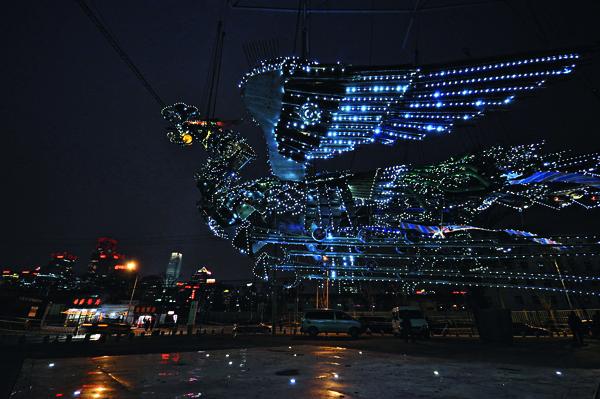 徐冰創作的「鳳凰」,堪為中國當代藝術裡最巨大也最引人注目的作品之一。 曾於2010年在北京今日美術館展出。