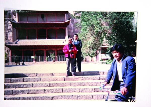 1990年,尹衍樑(右)與父親尹書田共遊敦煌、酒 泉,在此2個月後,父親就過世了。