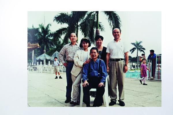 陳瑪蓮(左二)是最受陳國富(中坐者)疼愛的老么,離家闖蕩30年才進入寶島鐘錶。
