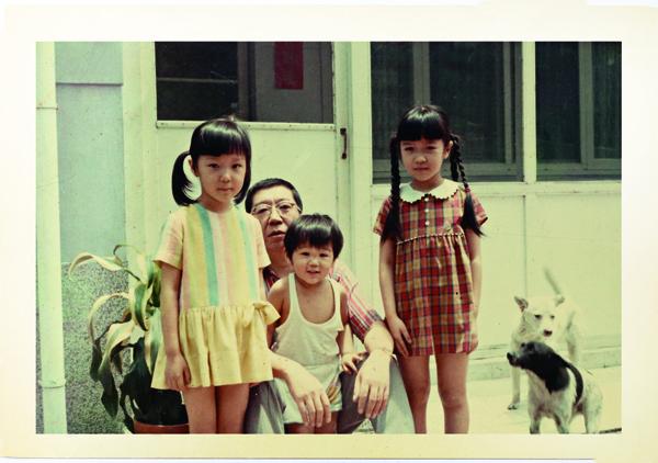 曲家瑞(左一)自小少被父親讚美,後 來卻是和爸爸相處最久的小孩。