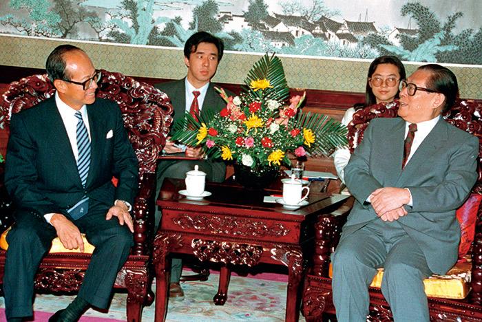 李嘉誠(左)與江澤民(右)密不可分的關係,讓他在北京權力交替 的過程中,處於不利的劣勢。