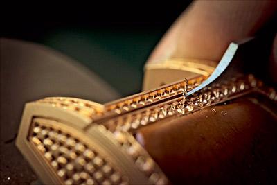 鈦橋系列女錶在18K玫瑰金外環鑲嵌 68顆鑽石,使之散發華美光芒。