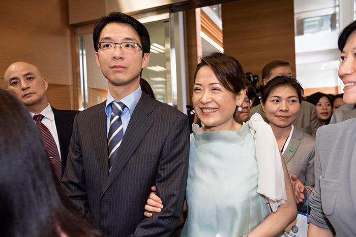 母親黃麗姿(右)在蔡宗翰成長路上,扮演吃重的角色;如今母親生病,更加速蔡宗翰一肩扛起接班重任的決心。