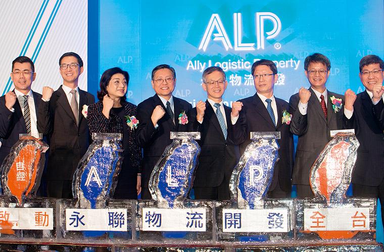 蔡宗翰(左二)看準電子商務趨勢,國泰集團決定跨足倉儲業。
