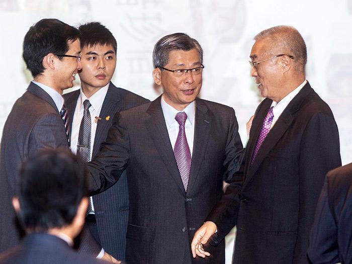 在父親(右二)蔡宏圖的授意下,蔡宗翰(左)逐步進入「實質接班」。