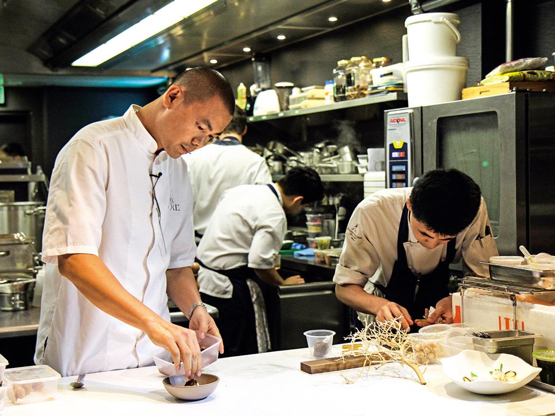 台灣餐飲界下半年度熱鬧 非凡,連名廚江振誠 (左)也將來台設點開設 新概念餐廳。