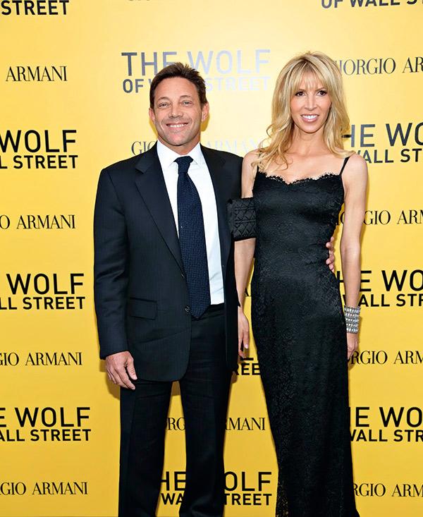 貝爾福特與未婚妻出席《華爾街之狼》宣 傳活動,出售電影版權讓他獲利大增。