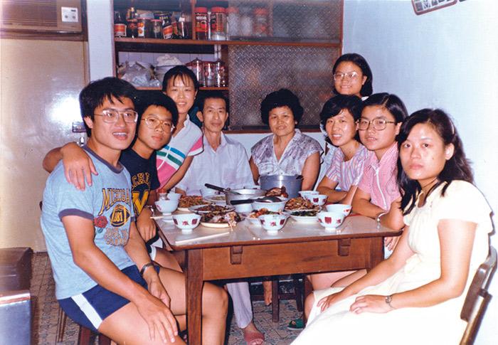魏國珍(左一)有八個兄弟姊妹,全家生活在診間兼住家的診所裡,再忙也要一起 用餐,感情融洽。
