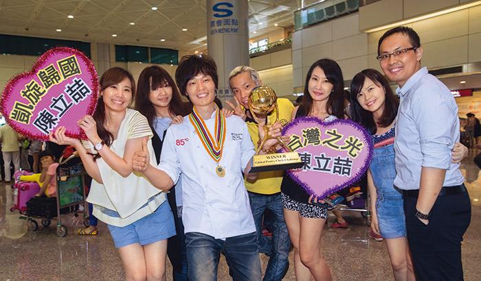 陳立喆(左三)的親友們,包含太太周雅玉(左二)、弟弟陳立偉(圖中),在他返台的第一時間前來接機慶賀。