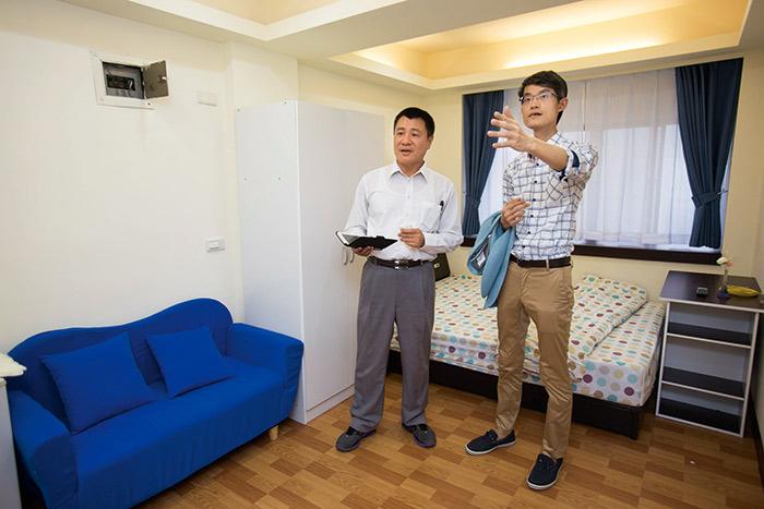 蔡志雄(右)自2003年起,每存到100萬元就買進總價300萬元小套房。