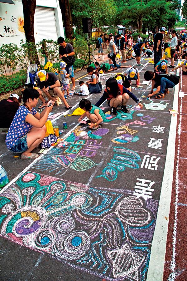 去年吸引2000多位民眾共同參 與的大帆布製作,今年也邀請 藝術家與民眾在地上創作。