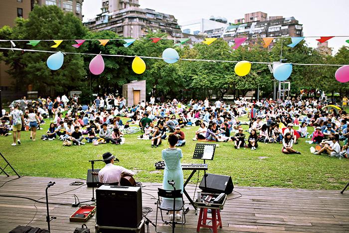 台北野餐俱樂部今年五月舉辦的「春天野餐 行動」,展現音樂在野餐不可或缺的角色, 讓民眾享受不設限的簡單快樂。