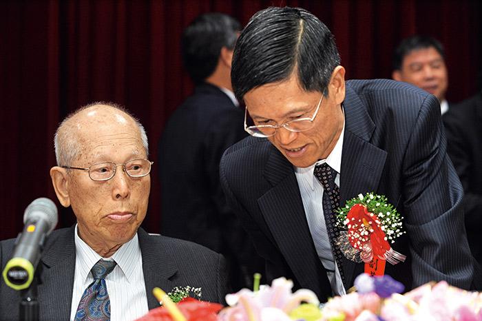 羅結(左)事必躬親,次子羅才仁(右)則是他重點栽培的接班人。