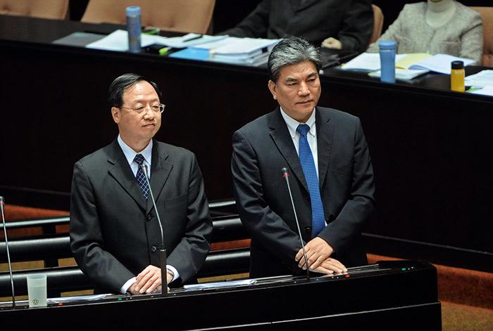 李鴻源在內政部長任內,屢傳與院長江宜樺(左)不和,甚至連葉世文涉弊的情資,李鴻源都未能得知。