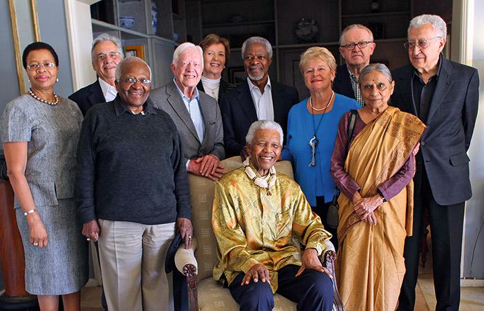 南非前總理曼德拉(中坐著)號召全球領袖成立的元老集團,關注全世界和平與人權問題,由布倫特蘭(右四)擔任副主席。