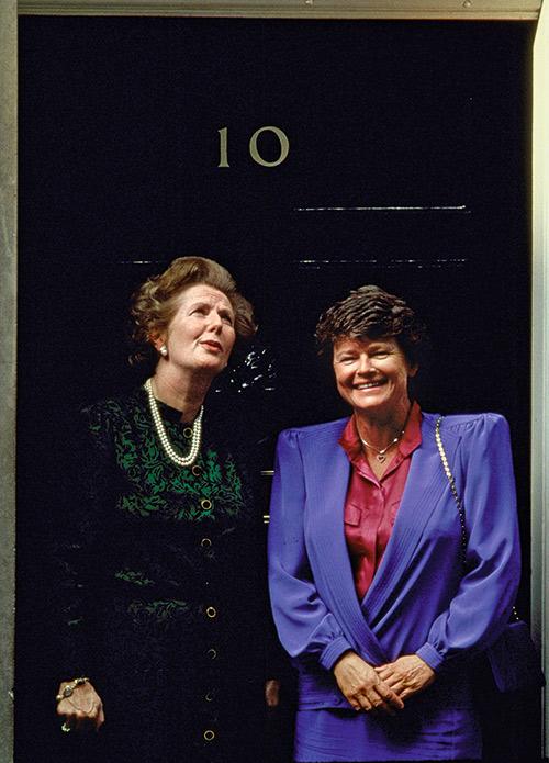 被喻為兩大鐵娘子的英國前首相柴契爾夫人(左) 與布倫特蘭(右) ,曾在總理任內互相交流。