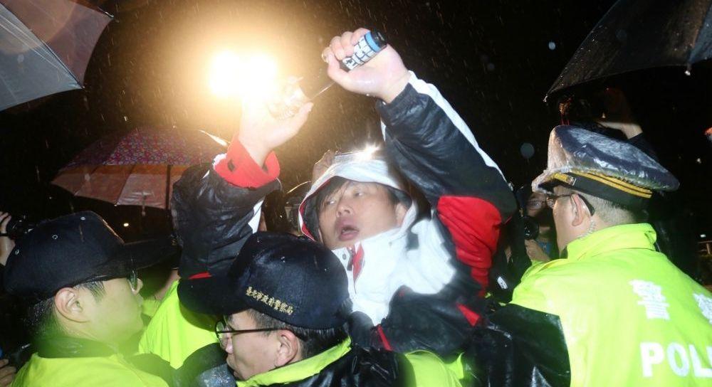 反勞基法修惡時力靜坐58小時 警方強制驅離護送立委就醫