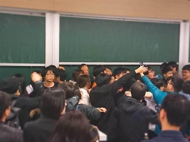 江宜樺演講遭抗議中斷 台大政治系學會:對抗議方表達遺憾