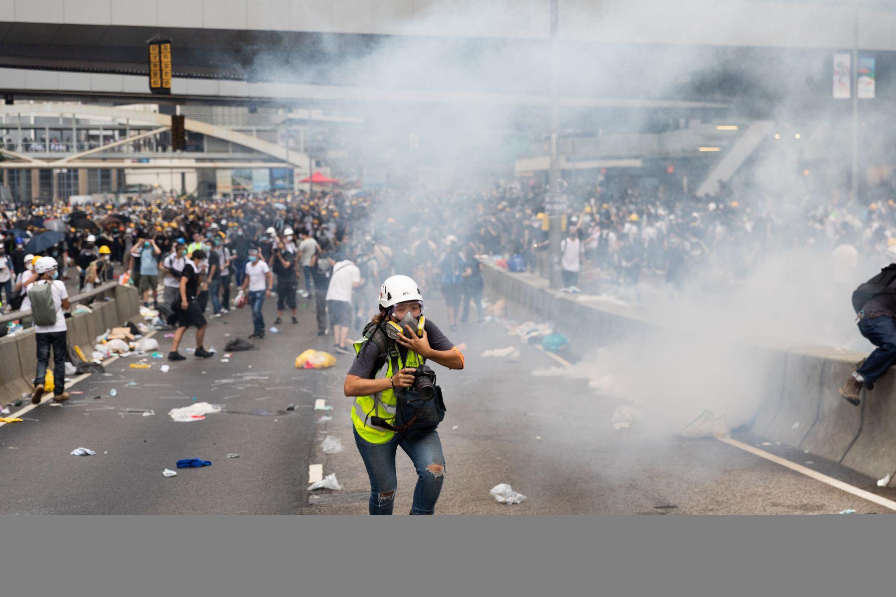 香港反送中衝突升級…警方車站內無差別攻擊 女眼中彈血流如注