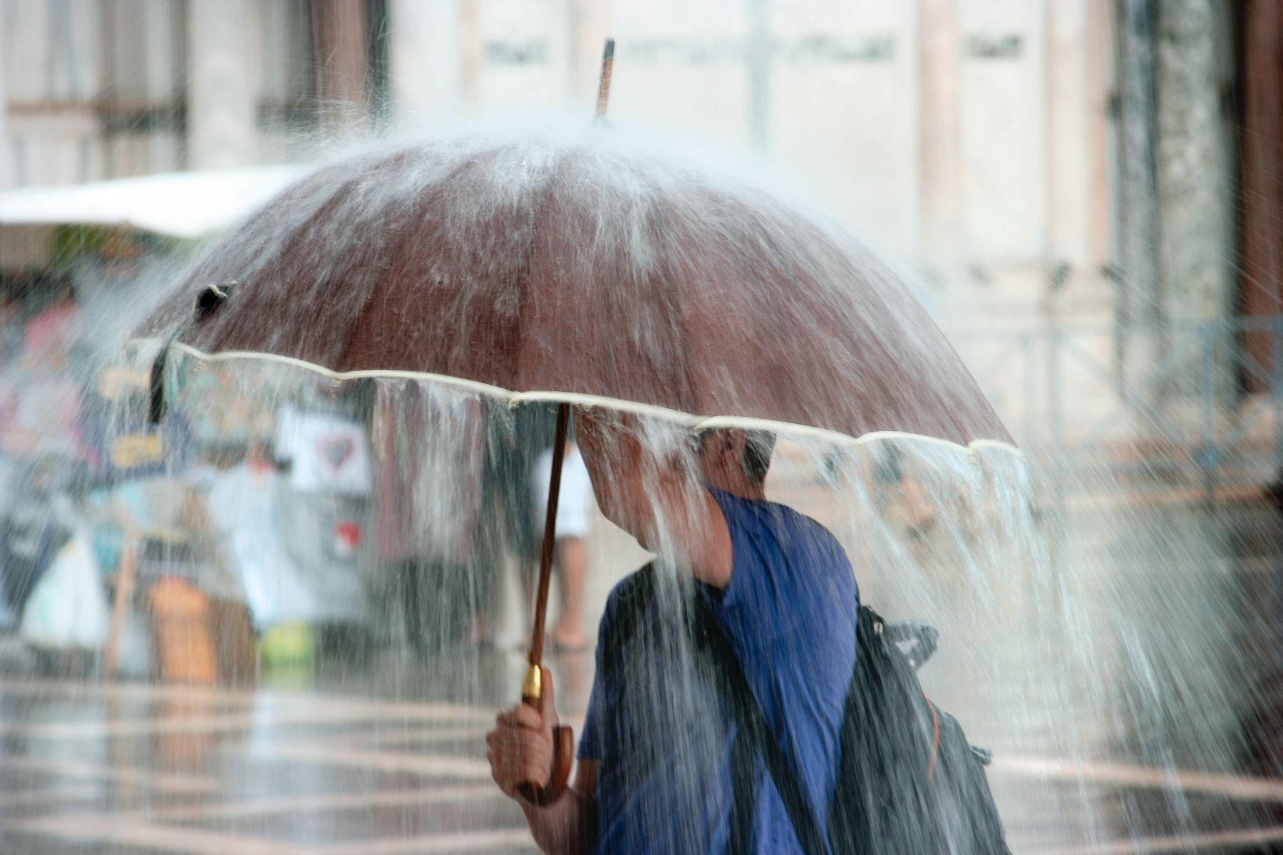 台南暴雨「水溝蓋浮起」 今日宣布停班課一天