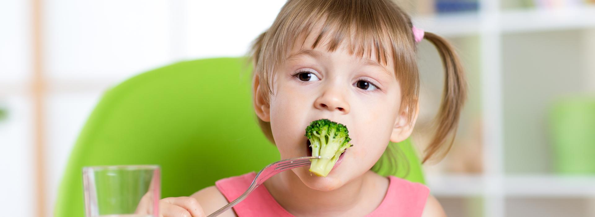 「你偷偷吃,不要跟媽媽講」 教養不同調 讓孩子陷入大人之間選邊站的困境...