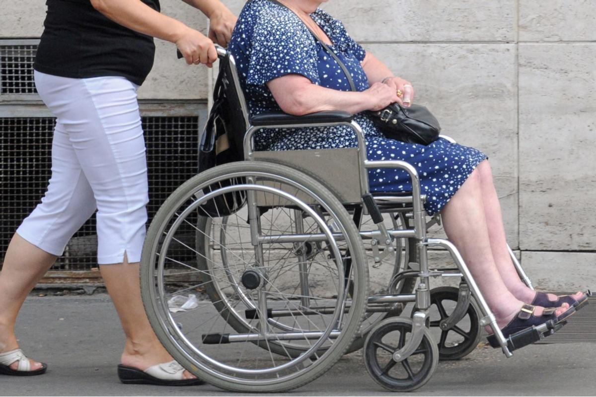 外看搶工戰 1》「要花多少錢才能有人照顧阿嬤?」 外籍看護大缺工 仲介費、買工費非法超收 家屬被迫買單