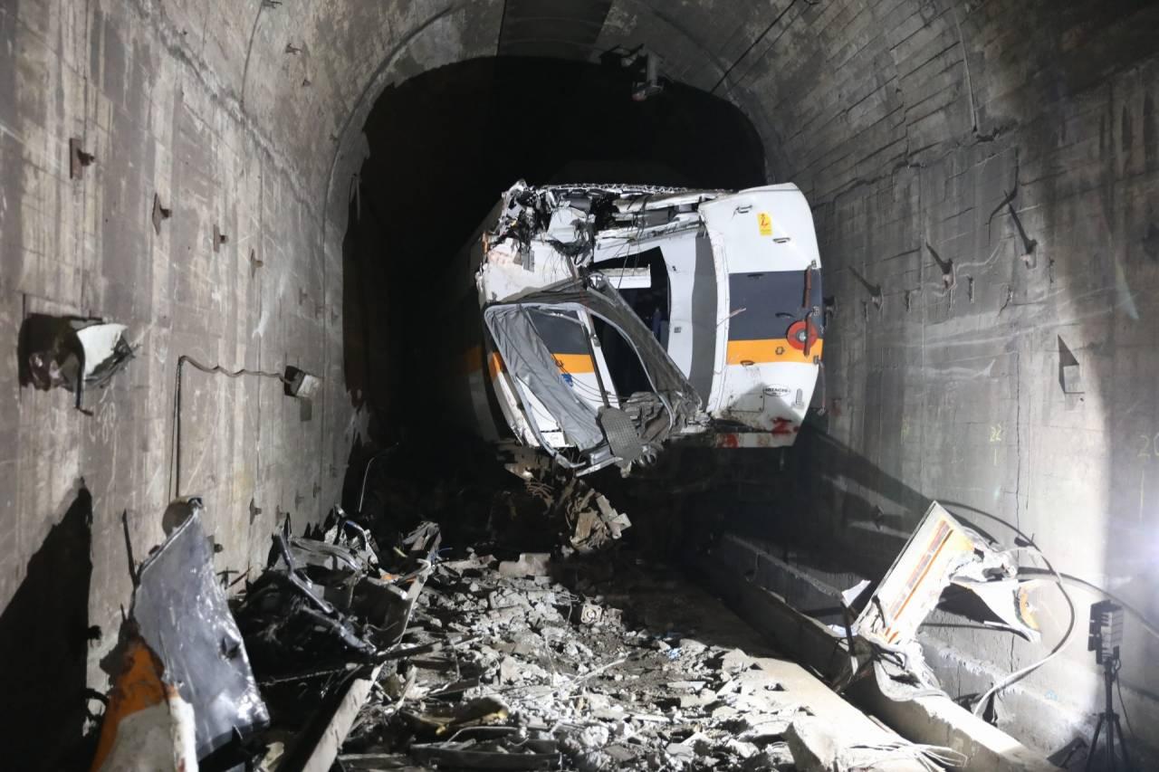 24年前也曾發生水泥工程車入侵鐵軌 遭自強號迎面撞上 是誰欠台灣人一條安心返鄉路?