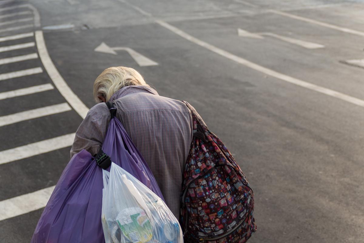 「陽台上、一塊木板、月繳3千就是一個家」 貧窮蝸居城中城不是唯一,無房獨老與街友僅一線之隔