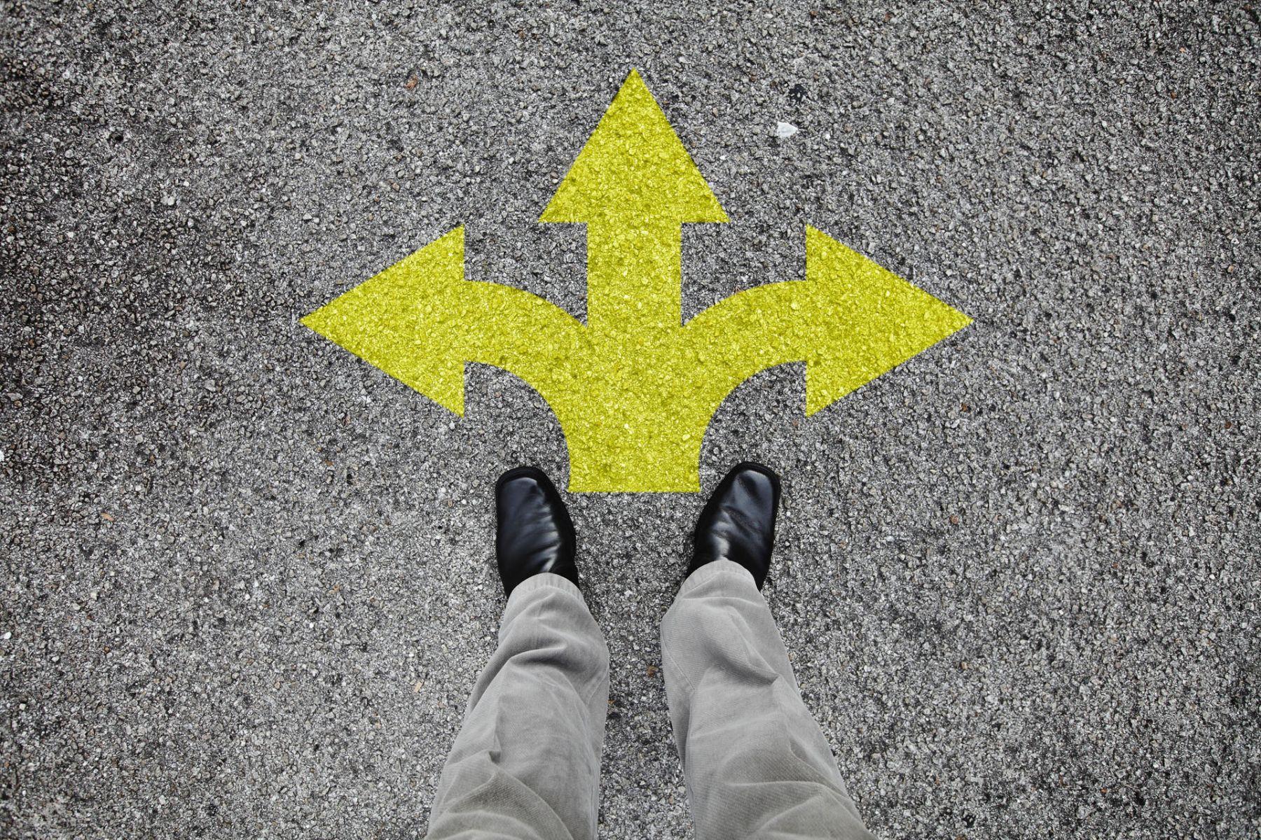 繼續上班,還是辭職創業?你的生涯不是十字路口,不必困在「二選一」裡