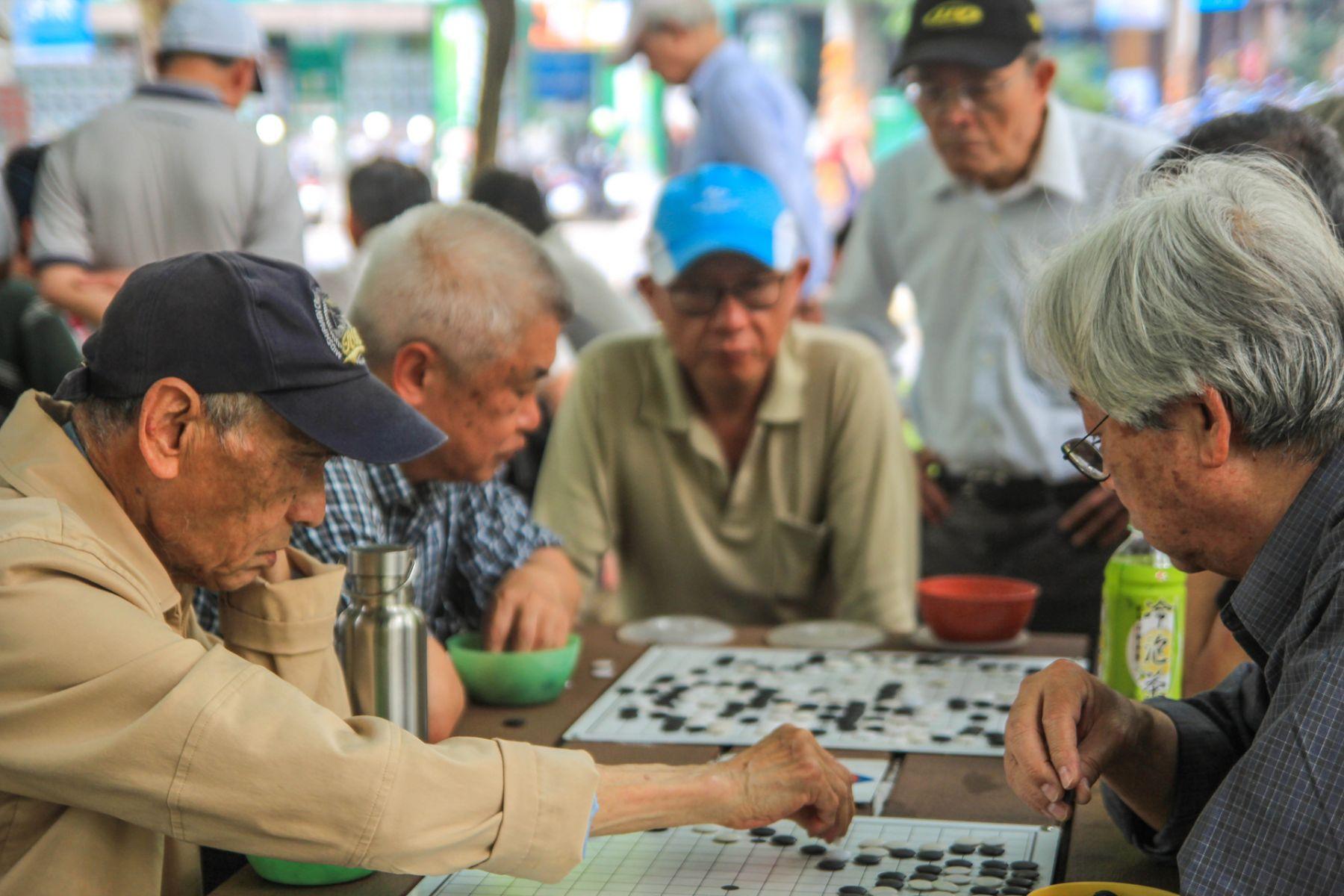 台灣人還盼「兒孫滿堂」,日本人已準備「獨立老」...台灣老人的長壽困境