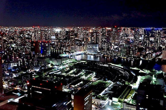 日本的夜景之所以美麗,愛加班的日本上班族功不可沒。(攝於Caretta汐留46F) /Photo credit: 瓶顆
