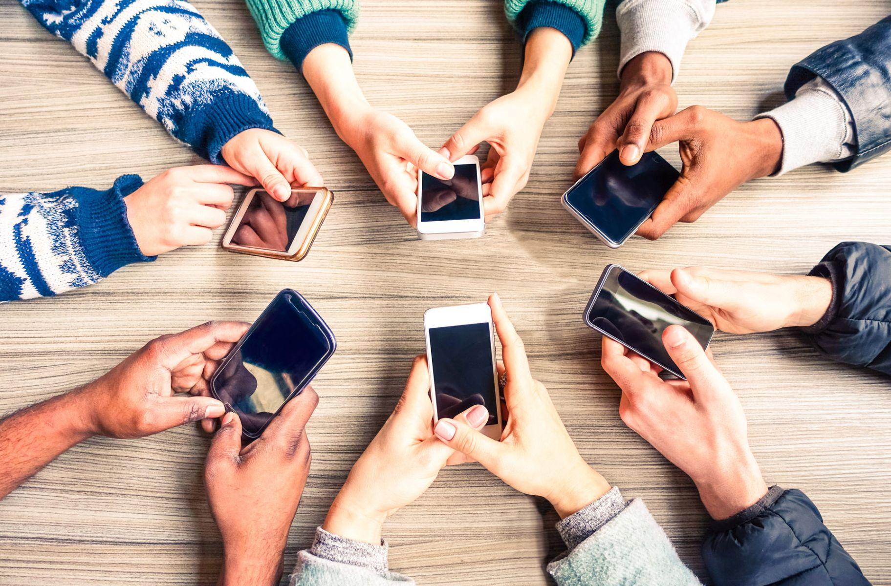 同溫層症候群》你寧可用手機跟臉友聊天,也不想跟一起吃飯的朋友講話嗎?