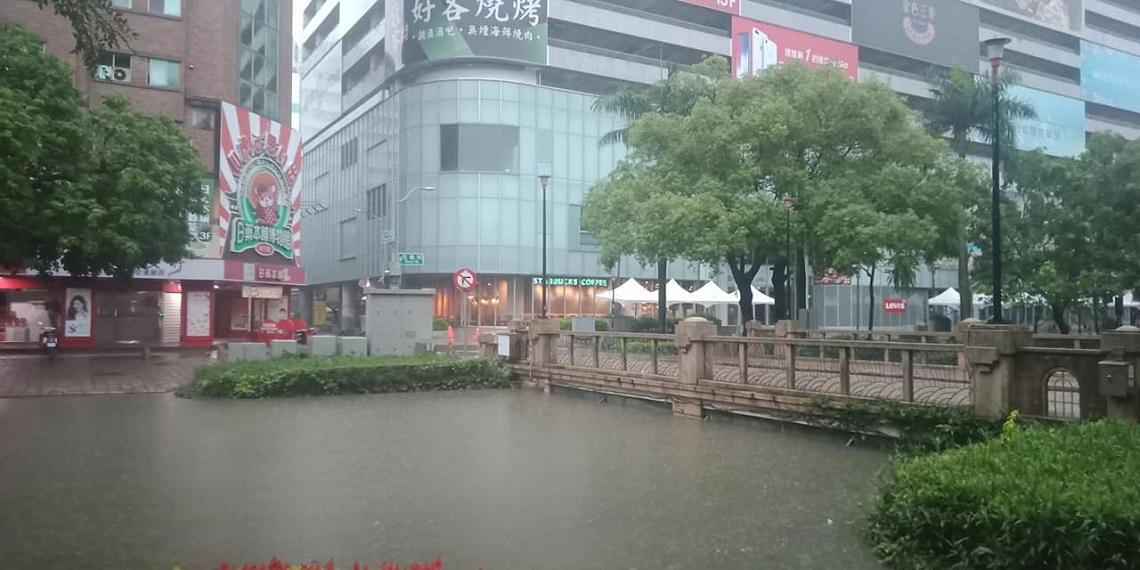 新竹降豪雨釀災》一排車滅頂、護城河水滿出來...網友驚呼「索爾降臨」