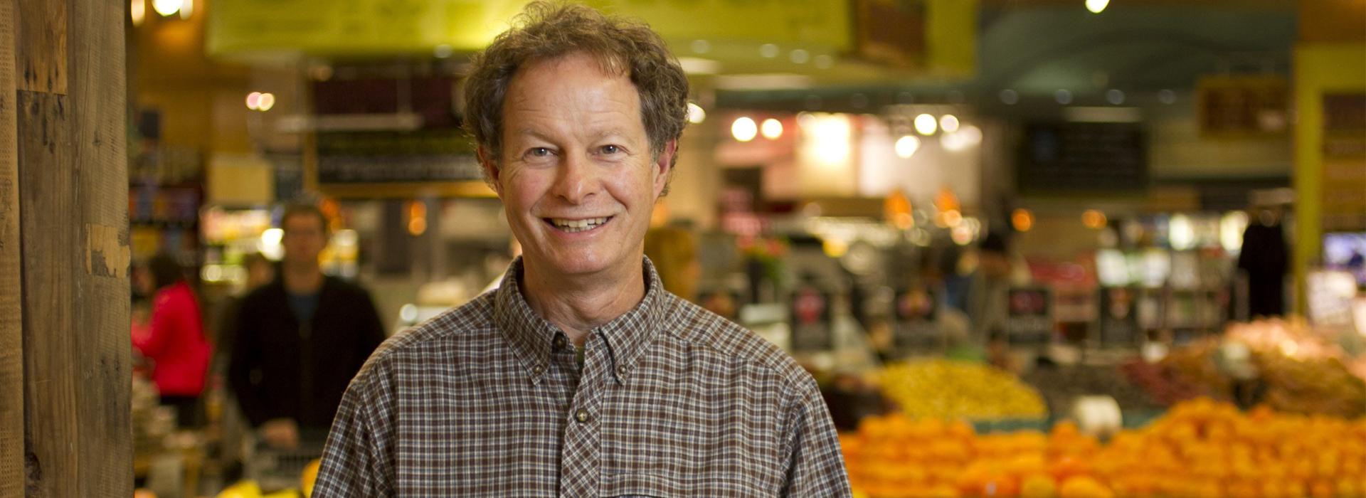 成功者都是灰色的!他賣有機食物、對員工慷慨  而Amazon用137億美元買下他的公司