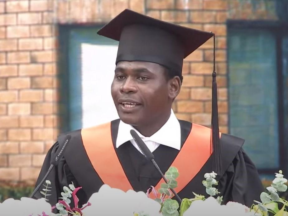 「班上同學死於貧困、沒乾淨水喝」來自西非窮國的台大畢業生:讀書,才能改變社會