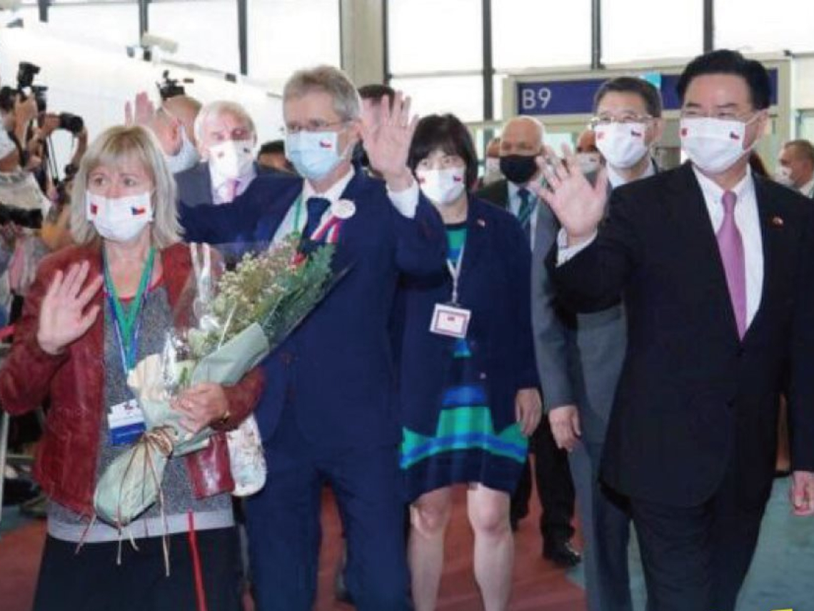 捷克參院議長率團訪台,團員口罩藏巧思!蔡英文:台灣與捷克人民都抗拒強權,擁抱民主